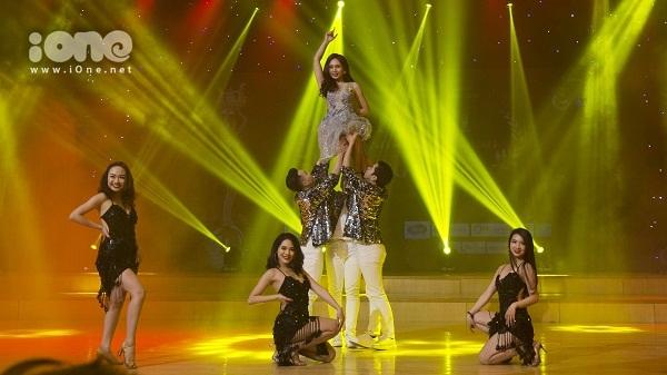 Trần Phương Mai mang đến tiết mục hát và nhảy phong cách Hàn Quốc.