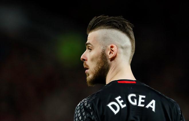 <p> Tháng 4/2017, trong trận gặp Everton, De Gea hứng cơn bão chỉ trích từ khán giả nhà. Sau trận hòa 1-1, người hâm mộ đổ lỗi cho mái tóc Mohican, với hai bên đầu cạo sát của anh. Phần đông ý kiến cho rằng MU để thủng lưới vì chính kiểu tóc sành điệu của cựu sao Atletico Madrid.</p>