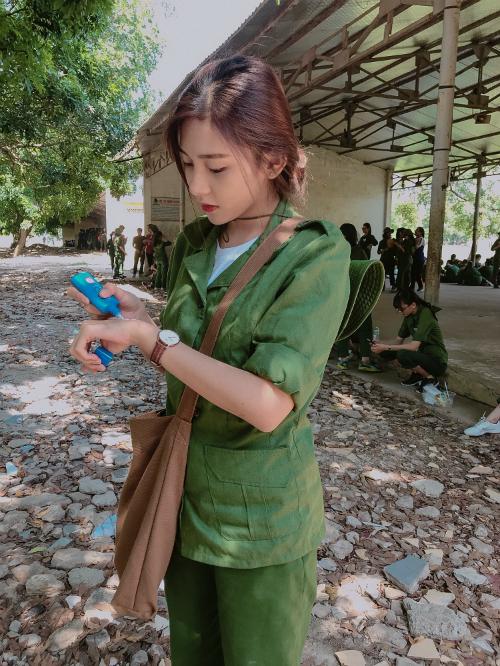 Bức ảnh gái xinh mặc đồ quân sự thoa kem chống nắng gây chú ý trên Facebook.