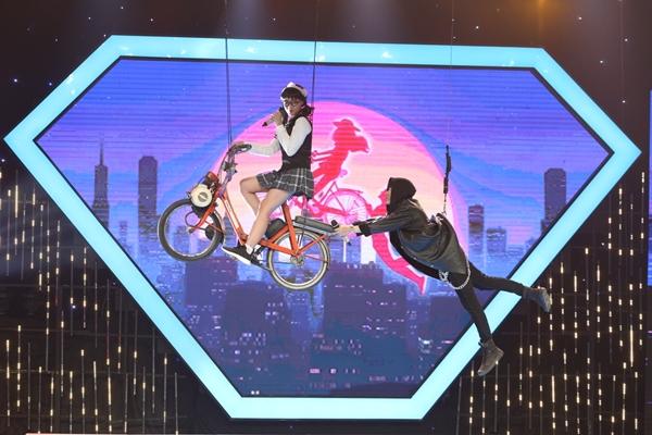 Cặp đôi thực hiện lại cảnh bay lượn chuẩn bị công phu tặng khán giả sau sự cố.
