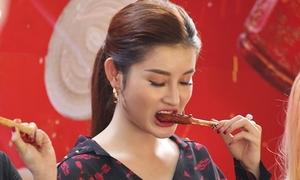 Huyền My đội nắng Sài Gòn 'chén' đồ ăn vặt