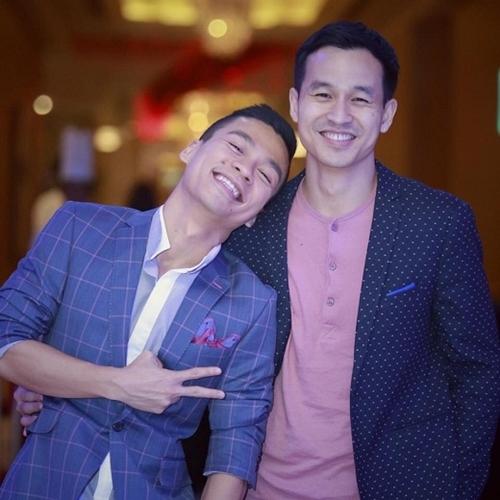 Sau 3 năm sống chung, tình cảm của Adrian Anh Tuấn - Sơn Đoàn vẫn mặn nồng. Họ vẫn thường xuyên sánh đôi xuất hiện tại các sự kiện của làng giải trí.