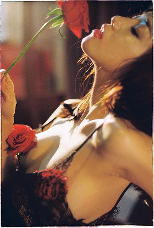 Sa Lim khiến fan bất ngờ khi rũ sạch hình tượng hot girl ngây thơ, chuyển qua chụp hình nội y rất gợi cảm.