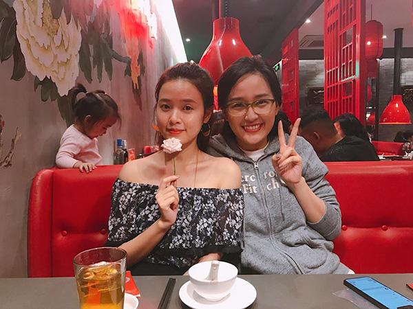 Đôi bạn thân Midu - Mai Phương Thúy hội ngộ ở Hà Nội. Cả hai không ngại để mặt mộc, ăn mặc giản dị đi ăn cùng nhau.