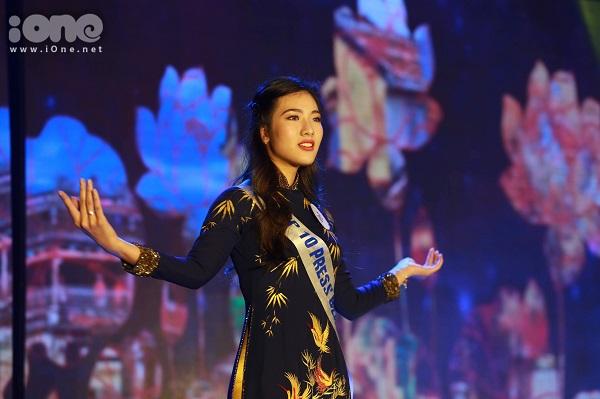 Lê Hoài Phương Anh trong phần thi trang phục áo dài.