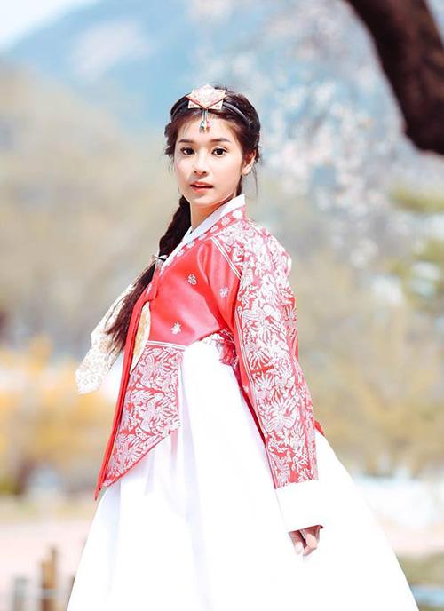 Hoàng Yến Chibi ngây thơ trong bộ đồ hanbok của Hàn Quốc.