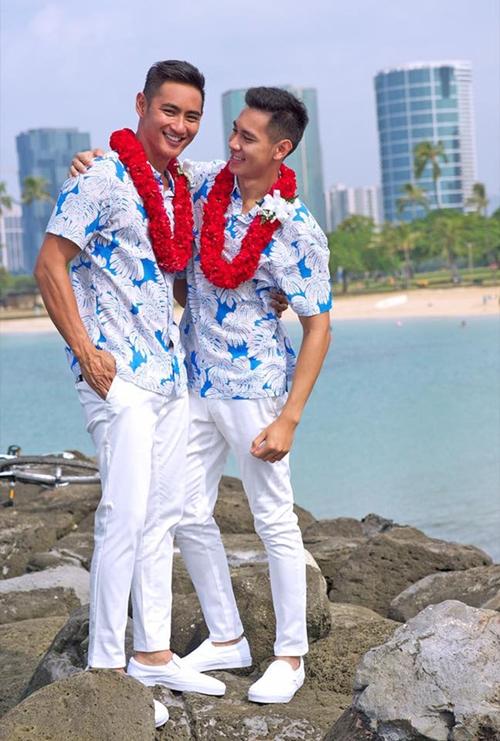 1/10/2017, Hồ Vĩnh Khoa bất ngờ tiết lộ việc tổ chức lễ kết hôn với bạn trai tại Hawaii (Mỹ). Cuộc đời mình luôn gắn liền với bất ngờ, năm trước đến đây với một trái tim tan nát thì năm nay trở lại đây lại là một trái tim trọn vẹn cho những khởi đầu mới, anh chia sẻ. Đám cưới diễn ra tại một bãi biển lãng mạn, cặp đôi diện đồ đôi đồng điệu, trao nhẫn cho nhau, gương mặt luôn nở nụ cười hạnh phúc. Hôn lễ có sự chứng kiến của người thân.