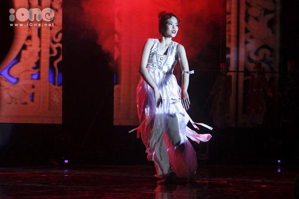 Phần thi tài năng múa hóa vàng ấn tượng của thí sinh Nguyễn Thị Cẩm Nhung.
