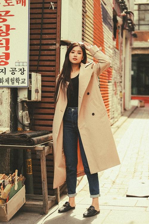 Style cá tính với quần jeans mix với áo măng tô cũng được Hoàng Yến thử nghiệm.