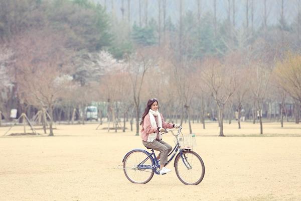 Cô khoe nét trong veo khi dạo chơi ở thành phố Seoul giữa cái lạnh từ 2-9 độ C. Nữ diễn viên cho biết khá chủ quan khi không mang theo đồ ấm nên phải vội mua thêm đồ để giữ ấm trong những ngày công tác tại đây.
