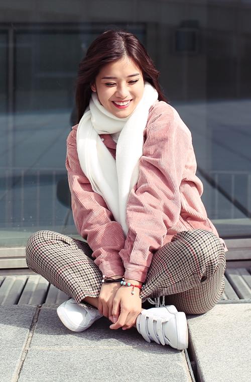Phong cách retro nhẹ nhàng, đơn giản kiểu Hàn Quốc được Hoàng Yến lựa chọn để xuống phố.