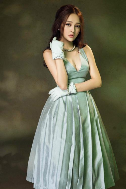 Trong bộ ảnh thời trang, Bảo Anh gây ấn tượng trước thần thái quyến rũ cùng hình thể hoàn hảo, gợi cảm trong những trang phục thiết kế.