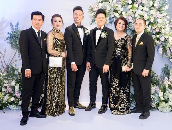 Cả hai tổ chức đám cưới tại TP HCM ngày 15/4 vừa qua có sự chứng kiến của gia đình hai bên và nhiều đồng nghiệp thân thiết. Trước đó, họ chính thức đăng ký kết hôn vào tháng 12/2017 ở Cannada. Trong ngày về chung một nhà, họ không giấu được giọt nước mắt hạnh phúc. Chặng đường yêu nhau có khó khăn, thử thách của cặp đôi được đền đáp xứng đáng bằng những lời chúc phúc.