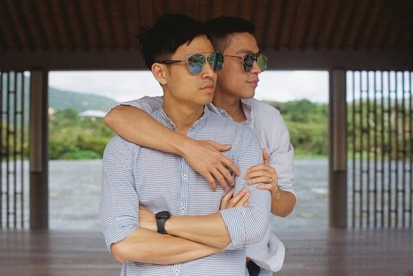 Adrian Anh Tuấn và Sơn Đoàn có 3 năm yêu nhau trước khi quyết định tiến tới hôn nhân. Họ từng công khai tình cảm với những khoảnh khắc đẹp như cổ tích. Tình yêu đến với họ bằng những hành động quan tâm nhỏ nhặt cho nhau trong cuộc sống.
