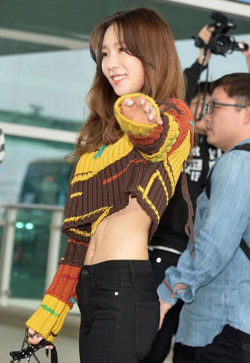 Trái ngược với gương mặt ngây thơ, Tae Yeon sở hữu thân hình rất nóng bỏng. Cô nàng là một trong những mỹ nhân có vòng eo tí honnhất Kbiz nhờ chế độ ăn uống, tập luyện nghiêm ngặt.