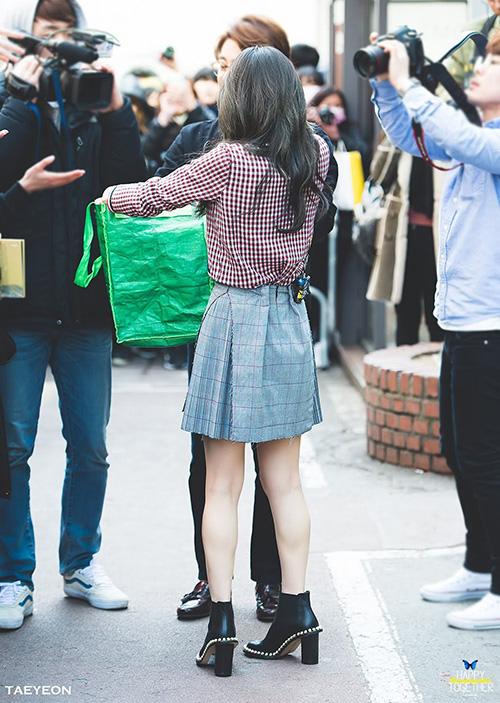 Ở những góc chụp từ phía sau, dễ thấy cô nàng phải dùng đủ chiêu từ bóp cạp, dùng kẹp ghim cho đến khâu vội bằng chỉ... để trang phục phù hợp với thân hình hơn.