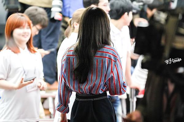 Khi diện quần/váy cạp cao, cô nàng thường mix cùng áo hơi lùng bùng để che đi phần eo không vừa vặn.