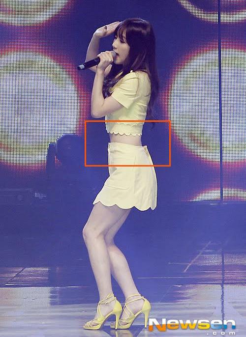 Nhiều lần Tae Yeon phải gặp những tình huống dở khóc dở cười vì đã tìm đủ cách chữa cháy nhưng vẫn lộ chiếc váy rộng thênh, thừa rất nhiều so với vòng eo bé xíu.