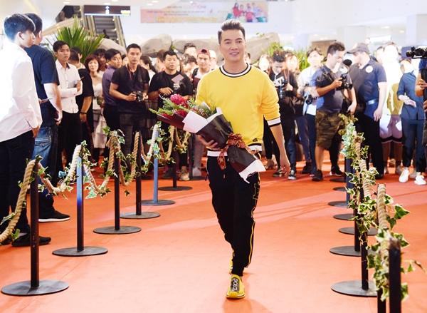 Đến chúc mừng đoàn phim có nhiều sao Việt. Đàm Vĩnh Hưng tranh thủ vừa xong buổi ra mắt album mới liền vội vàng chuẩn bị để kịp chúc mừng.