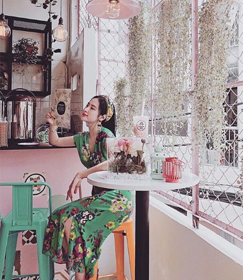 Những chiếc váy dài tuy giấu tiệt đường cong của Angela Phương Trinh nhưng không hề khiến cô nàng mất đi vẻ quyến rũ, thậm chí trông vẫn rất gợi cảm.