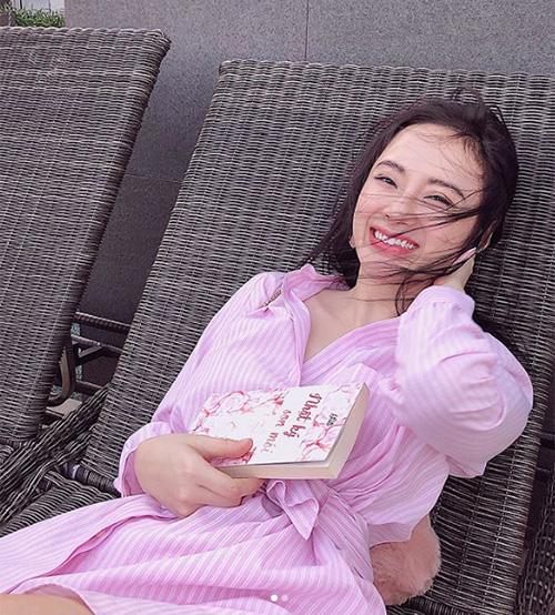 Nhiều fan nhận ra sự thay đổi trong phong cách ăn mặc của Angela Phương Trinh. Hàng loạt ý kiến cho rằng họ thích hình ảnh cô trẻ trung, kín đáo thế này hơn là khoe thân quá đà.
