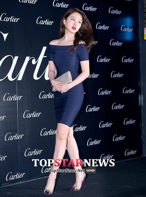 Yoon Eun Hye cũng từng nhận được nhiều lời khen ngợi khi diện chiếc váy bó chặt thân hình mà không chút mỡ thừa nào bị lộ.