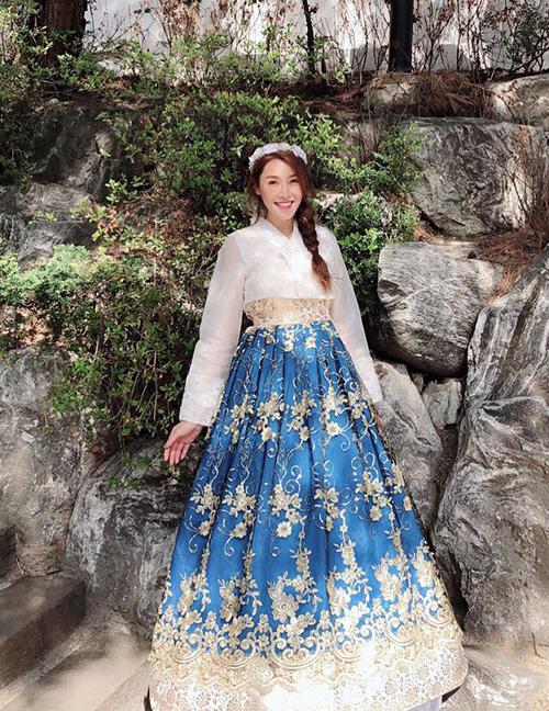 Quế Vân xinh như con gái Hàn khi diện bộ hanbok.