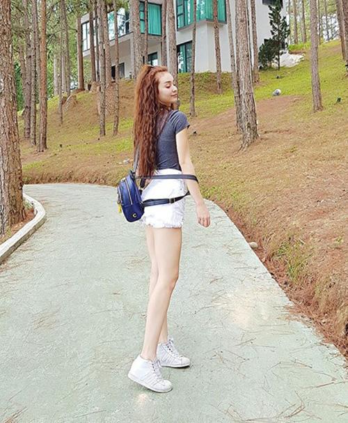 MLee khoe chân thon dài miên man khi đi nghỉ dưỡng ở Đà Lạt.