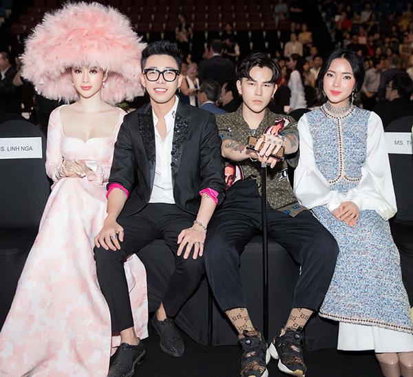 Nhờ chiếc nón lông mà Angela Phương Trinh dễ dàng chặt đẹp các khách mời khác khi ngồi trên hàng ghế đầu sự kiện.