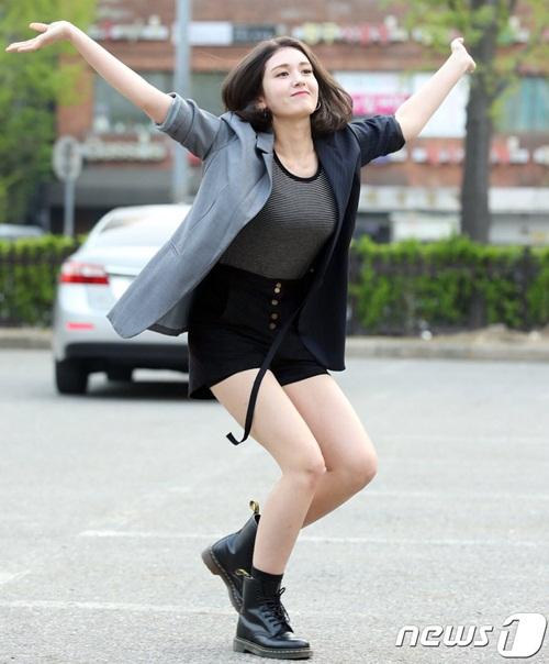 Ngày 20/4, Somi đến Music Bank để chuẩn bị cho màn trình diễn song ca cùng Eric Nam. Đã một thời gian dài cô nàng mới quay lại Music Bank nên đặc biệt phấn khích, có các tạo dáng hơi lố.