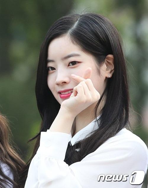 Không cần chỉnh sửa ảnh, Da Hyun đã sở hữu một làn da trắng. Thành viên Twice có biệt danh Đậu hũ vì đặc điểm cơ thể này.