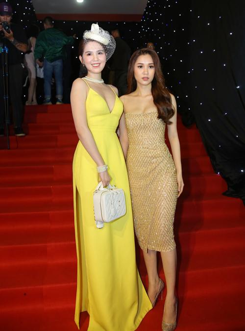 Bộ đầm hơi sến khiến Ngọc Trinh trông già dặn hơn hẳn cô em thân thiết Quỳnh Hương.