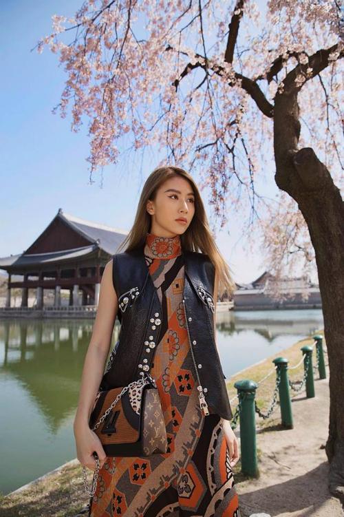 Quỳnh Anh Shyn gần đây xuất hiện khá nhiều tại các sự kiện, được nhiều nhãn hàng nổi tiếng chọn mặt gửi vàng. Nhận được hợp đồng quảng cáo, công việc thoải mái có thể kết hợp di chuyển tự do, du lịch khiến cuộc sống của cô nàng trở thành niềm mơ ước với nhiều người.