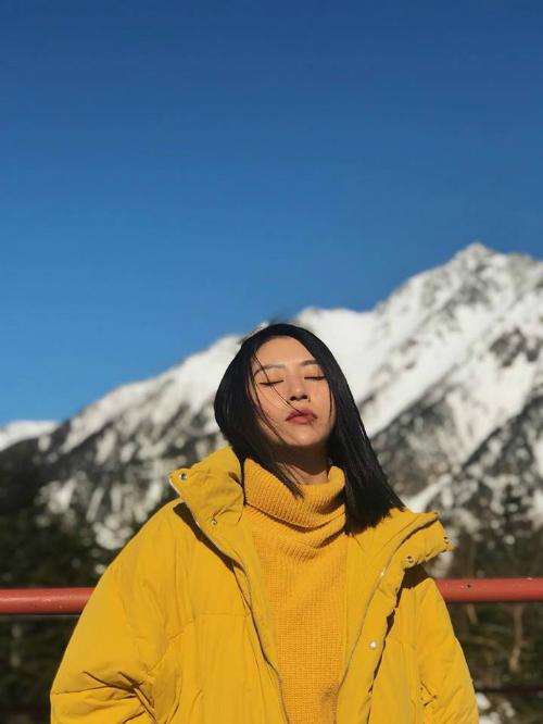 Instagram của cô nàng mới hôm trước khoe ở Hàn Quốc, hôm sau đã thấy khoe ở California. Đặc biệt những hình ảnh này luôn được chăm chút cẩn thận trước khi được đăng tải. Điều này khá đúng với phong cách chỉn chu trong tính cách mà Quỳnh Anh Shyn từng chia sẻ.