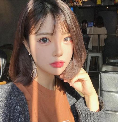 Các màu mắt thường được con gái Hàn sử dụng là hồng, cam, đỏ hồng. Những tông màu này vừa tạo cảm giác mắt to tròn, trong veo hơn, lại vừa ăn gian được tuổi tác.