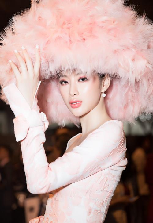 Từ trang phục, phụ kiện cho đến cách trang điểm người đẹp đều sử dụng tông hồng phấn, tôn lên vẻ dịu dàng, làn da trắng sáng.