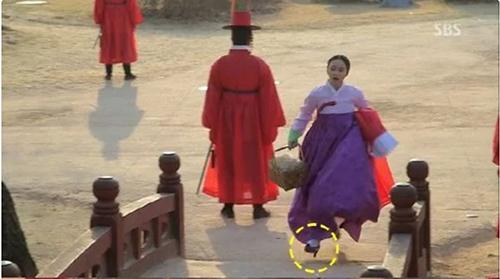 Có lẽ quá vội vã nên nhân vật này trong drama Jang Ok Jun xỏ luôn giày cao gót chạy cho nhanh.