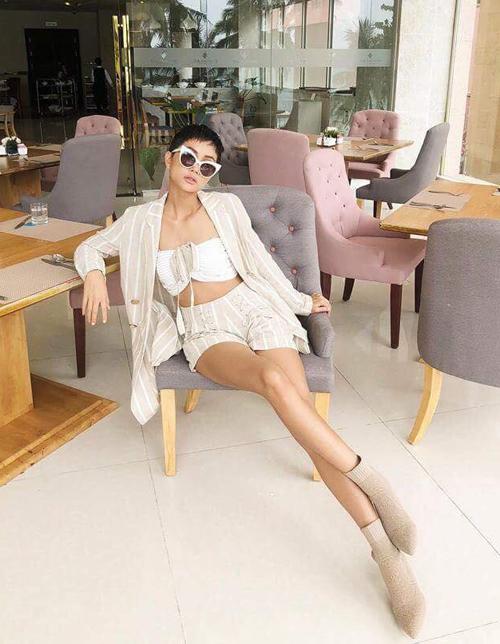 Với những set đồ giá mềmđến từ các thương hiệu thời trang trong nước hoặc thương hiệu bình dân nước ngoài, HHen Niê vẫn khoe được thần thái kiêu sa, phong thái hút mắt.