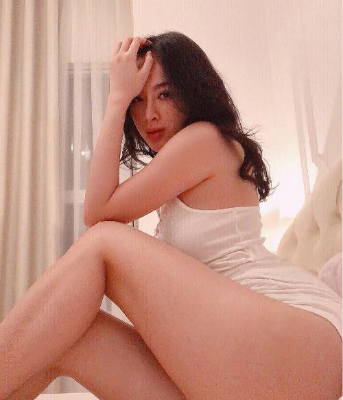 Vốn mê mẩn khoe vòng ba 100 cm nên Angela Phương Trinh rất tích cực áp dụng lối chụp hình này. Bất chấp việc diện váy hay quần siêu ngắn, cô nàng vẫn chụp cận vào vòng ba khiến người nhìn không khỏi đỏ mặt.