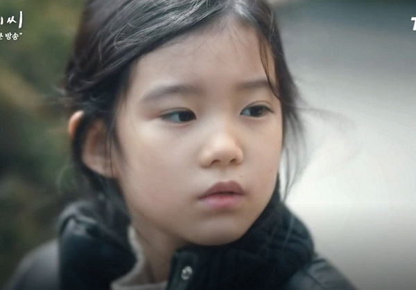 Cô bé Gyu Ri được nhiều người suy đoán có quan hệ huyết thống với IU vì quá giống.