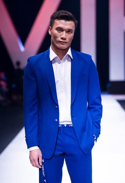 Hot boy của U23 Việt Nam đảm nhiệm vị trí vedette cho màn trình diễn của một thương hiệu đồ nam Việt.