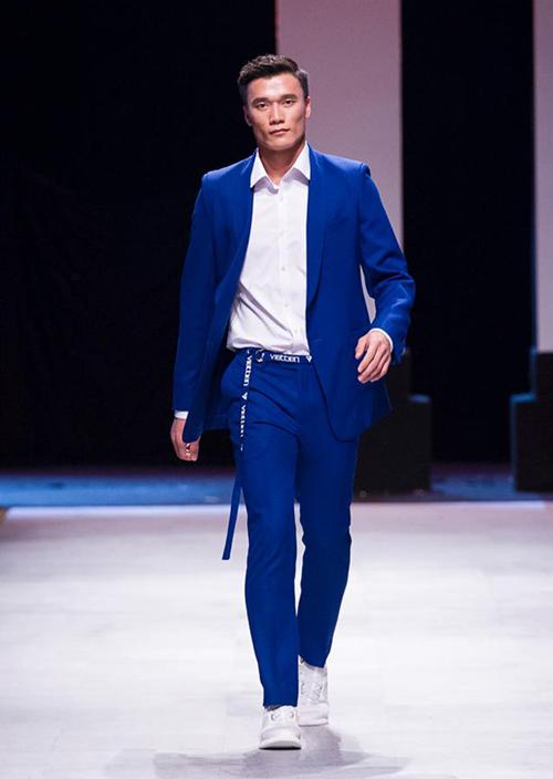 Đêm cuối cùng của Vietnam International Fashion Week - Tuần lễ thời trang quốc tế Việt Nam Xuân Hè 2018 diễn ra ngày 22/4 tại TP HCM. Ban tổ chức mang đến sự bất ngờ lớn cho khán giả với sự xuất hiện lần đầu tiên của thủ môn Bùi Tiến Dũng trên sàn catwalk.