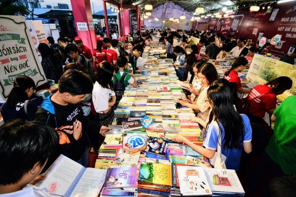 Giới trẻ Đà Nẵng hào hứng giữa biển sách khổng lồ