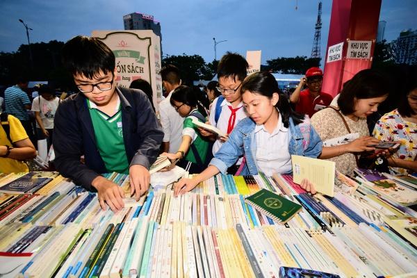 Trước số lượng đầu sách khá lớn, nhiều bạn trẻ đã chụp ảnh cũng như ghi chú lại những tựa sách đáng chú ý để tham khảo.