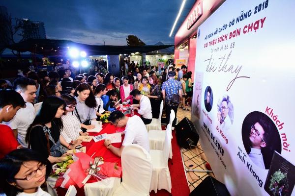 Giới trẻ Đà Nẵng hào hứng giữa biển sách khổng lồ - 7