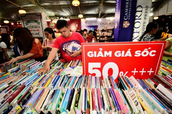 Những gian trưng bày sách giảm giá lên đến 50%, sản phẩm đồng giá, sách cũ& tạo ra nhiều sự lựa chọn cho người dân, du khách, các bạn trẻ khi đến dạo chơi, thưởng lãm tại không gian văn hóa đọc được tổ chức định kỳ mỗi năm một lần từ năm 2015 này.