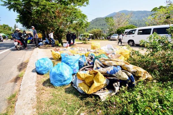Chỉ trong 2 tiếng rưỡi buổi sáng nay, hơn 4.000 các bạn tình nguyện Việt Nam và nước ngoài của 5 thành phố lớn cả nước đã thu gom 15 tấn rác được thu gom (trong đó có gần 12 tấn rác thải nhựa không thể tái chế).
