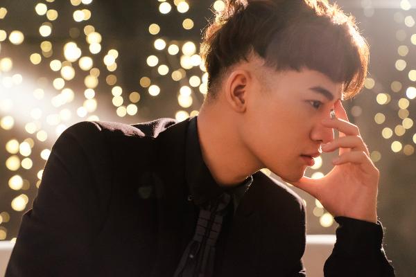 Ali Hoàng Dương rũ bỏ vũ đạo để hát ballad u buồn