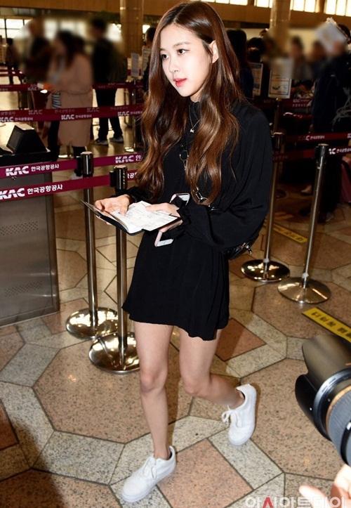 Thời tiết vào hè là lúc hàng loạt idol chọn những chiếc váy liền, trang phục khoe chân thon khi ra sân bay.