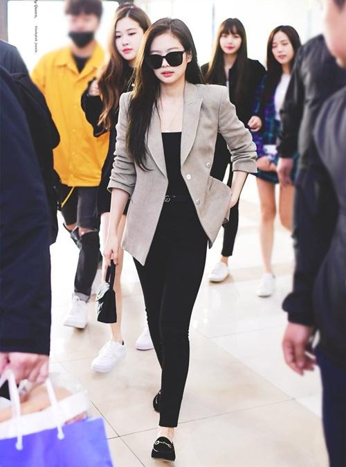 Jennie tiếp tục chứng minh danh hiệu Idol sang chảnh với loạt phụ kiện hàng hiệu. Thành viên Black Pink đặc biệt ưa thích những mẫu blazer xám thanh lịch.